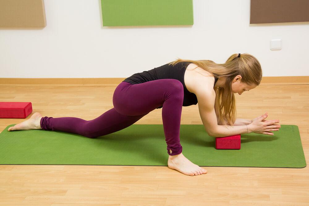 Yoga Eidechse mit Block als Hilfsmittel