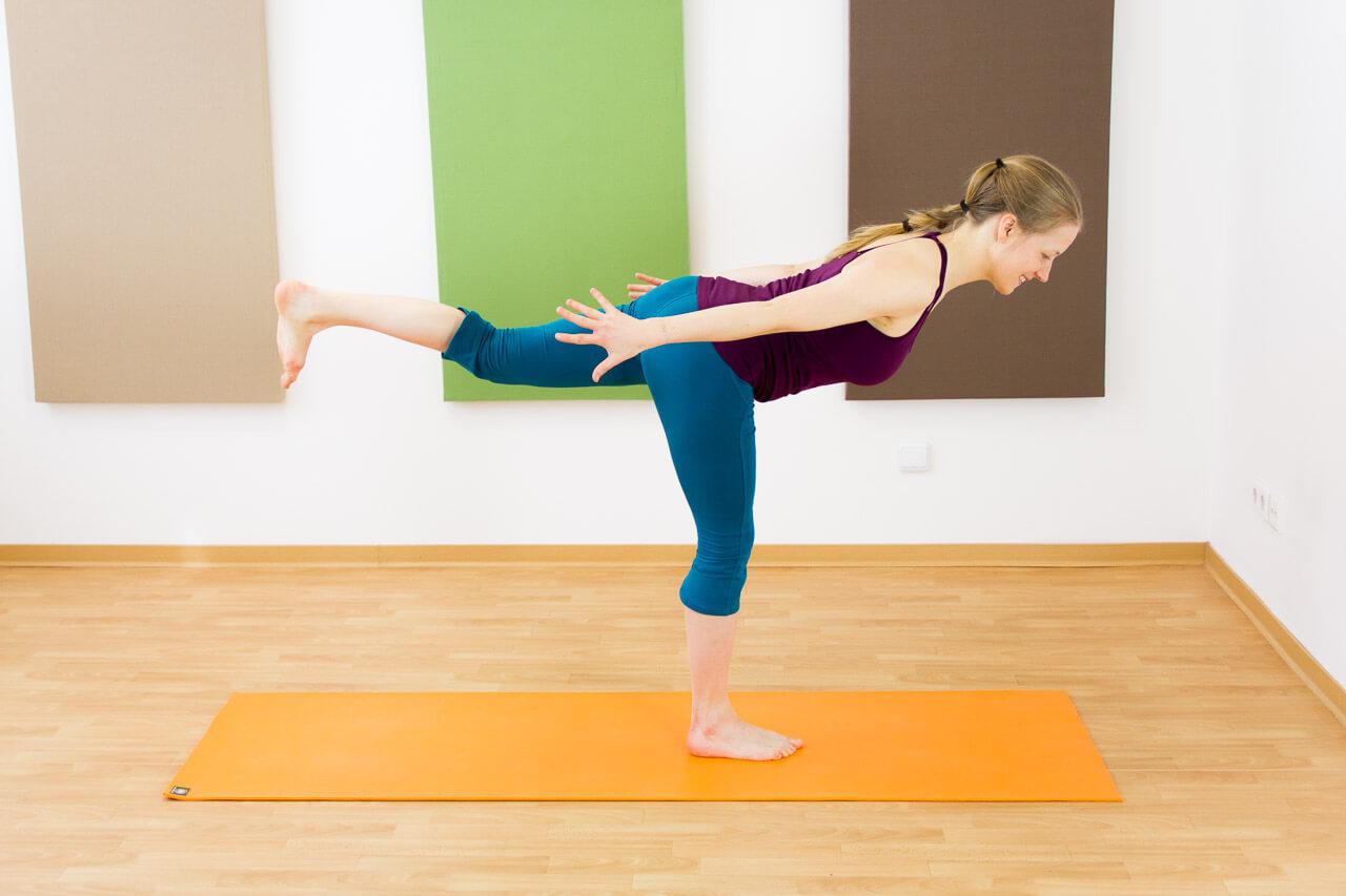 bei Schulterschmerzen: Arme nach hinten statt zur Seite
