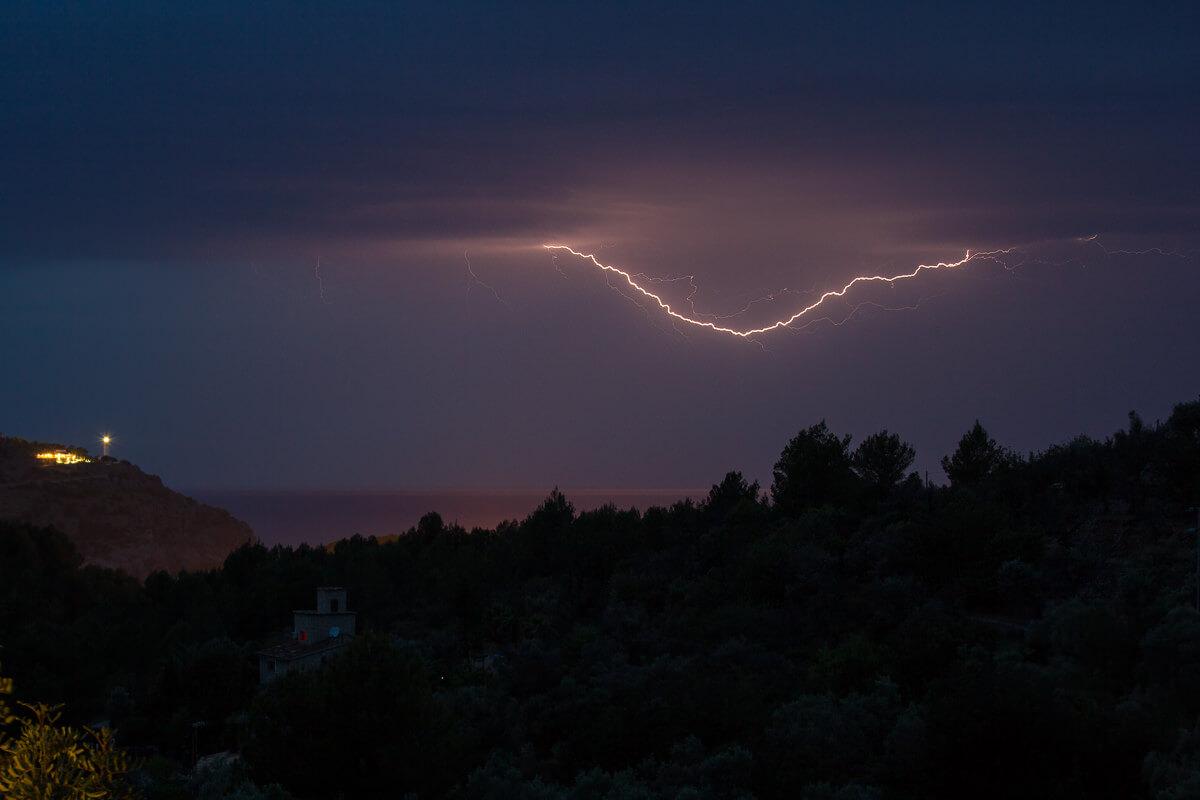 Klettern auf Mallorca: Aussicht aufs Meer mit Gewitter am Abend