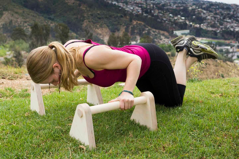 Minibarren Edelkraft Produkttest Liegestütz mit Knie am Boden ausatmen