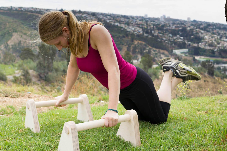 Minibarren Produkttest Liegestütz Knie am Boden einatmen