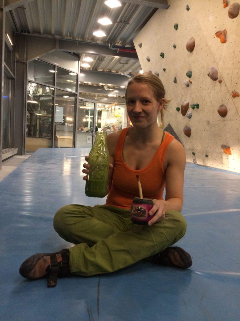 Smoothie und Mate sind Energielieferanten beim Bouldern. Perfekt, um beim Wintertraining dranzubleiben.