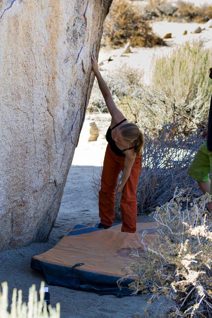 Farben machen einen Unterschied, wenn du mehr Energie fürs Wintertraining brauchen kannst. Boulder-Check am Fels in Bishop.