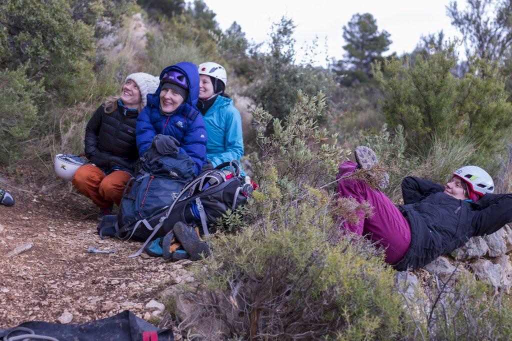 Kletter-Yoga-Retreat Temperatursturz: frierende Kletterinnen