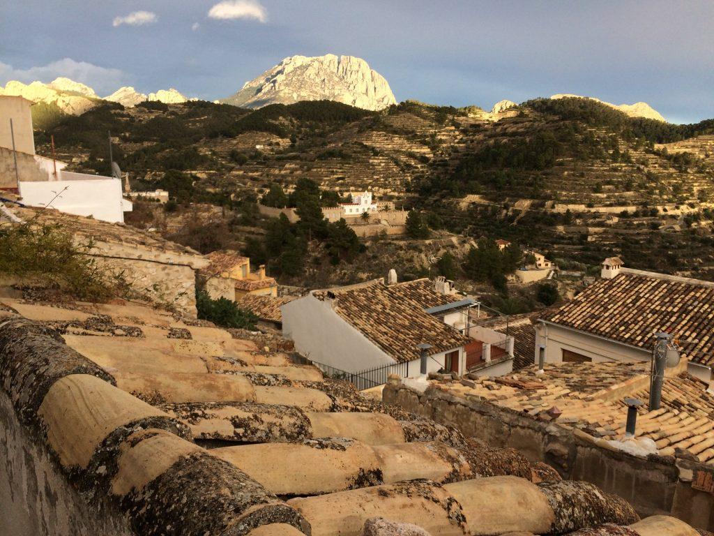 Sicht vom Roc House in Sella auf umliegende Felswände