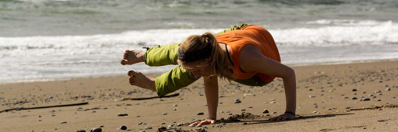Yoga am Strand seitliche Krähe Armbalance