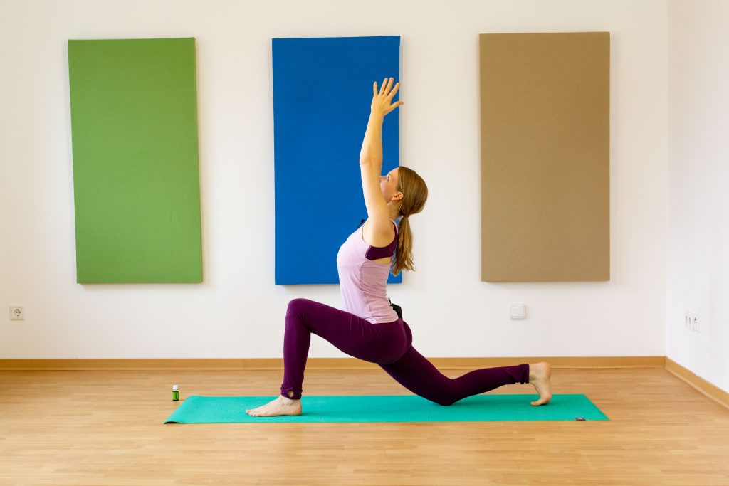 Yoga zusammen mit einer Duftmischung hilft, wieder mehr Energie fürs Wintertraining zu schaffen.