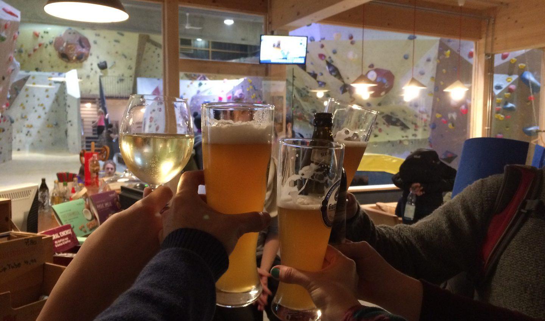 Bouldern im Winter feiern mit alkoholfreiem Bier und Wein