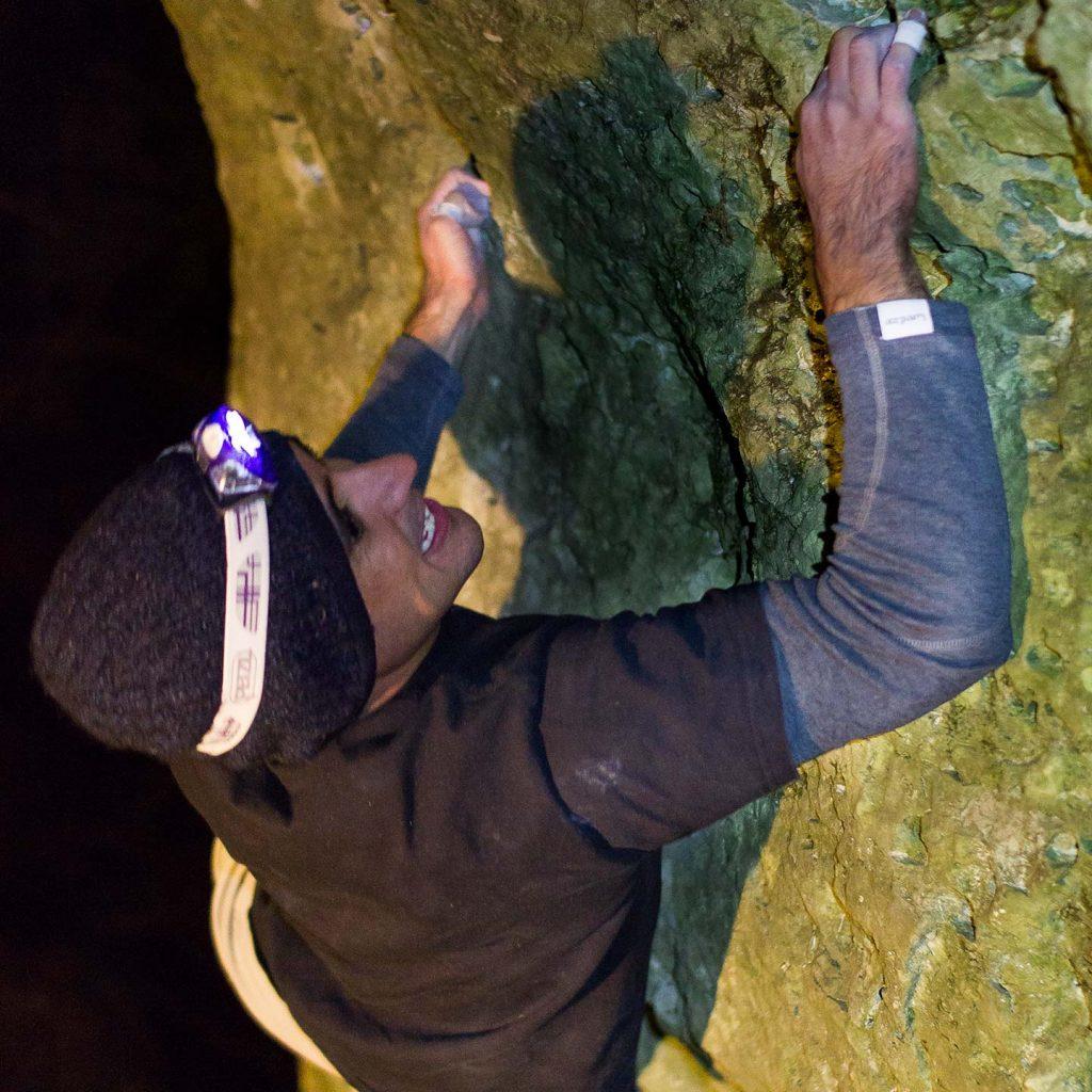 Carlos beim Bouldern im Winter in der Höhle